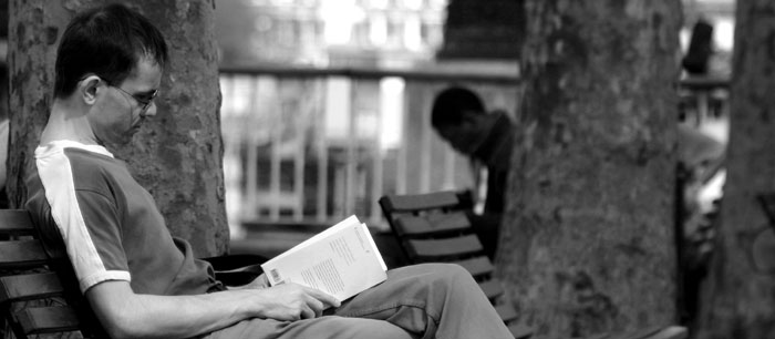 chłopiec czytający książkę